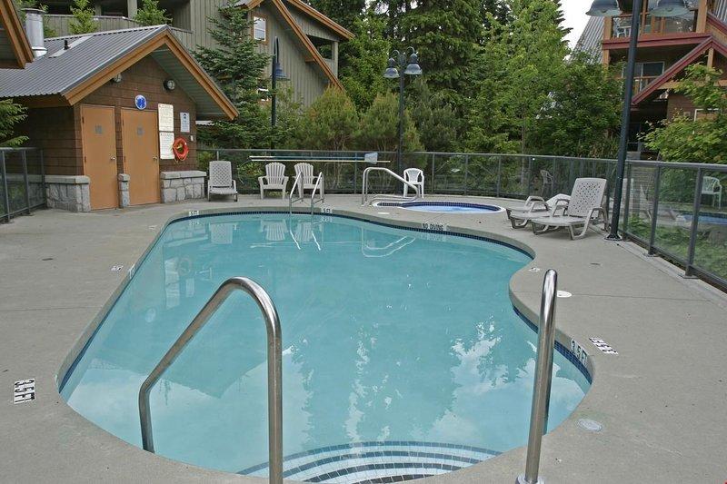 ¡Ve a nadar en la piscina al aire libre!