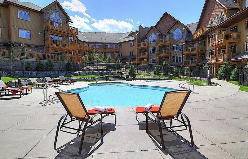 Relájese en la piscina al aire libre.