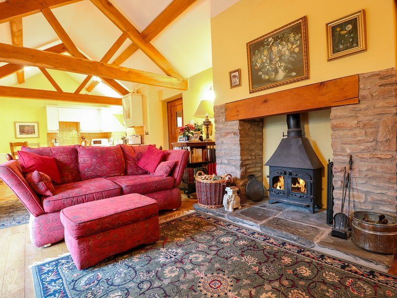 HEALER'S COTTAGE, pet friendly, character holiday cottage, with a garden in, holiday rental in Grafton