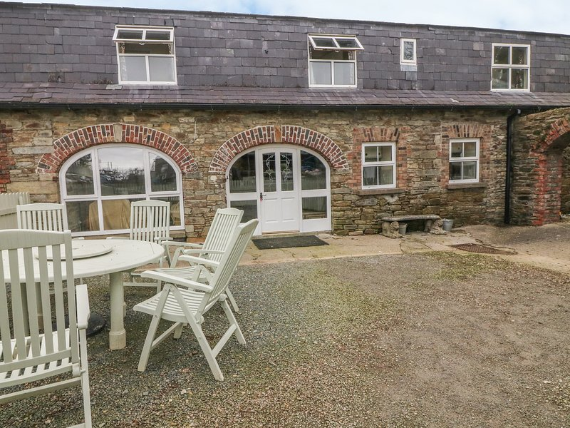 TOBER EILE, pet friendly, character holiday cottage, with a garden in Ferns, vacation rental in Enniscorthy