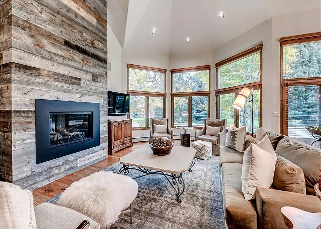 Spacious, Luxury Arrowhead Home with Spacious Deck and Winter Shuttle Service, holiday rental in Wolcott