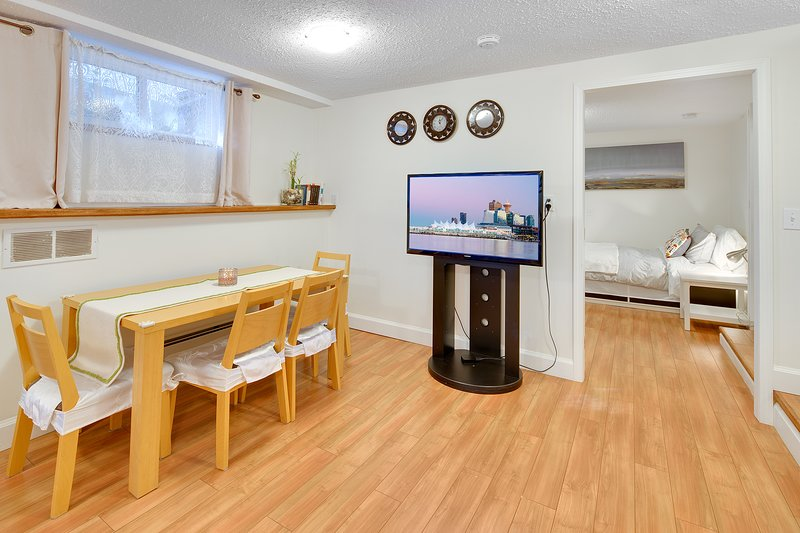 Cozy 1bd suite with spacious living room, 15 min to Downtown, 2 min to Grouse, vakantiewoning in North Vancouver
