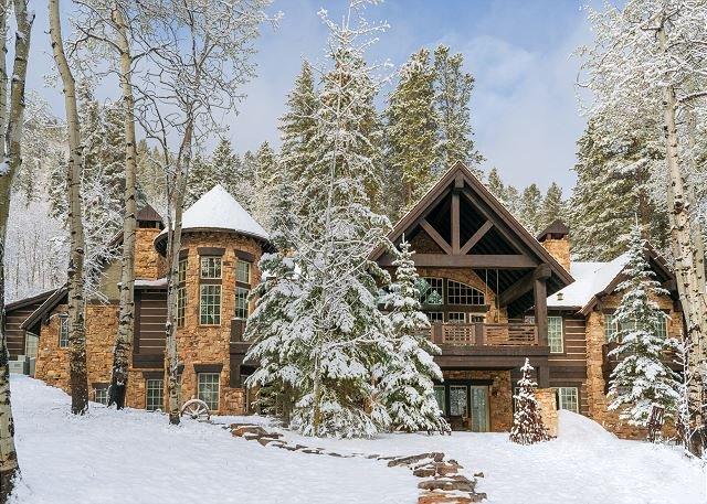 Spacious Mountain Retreat | Multiple Living Areas & Hot Tub | Near Skiing, casa vacanza a Wolcott
