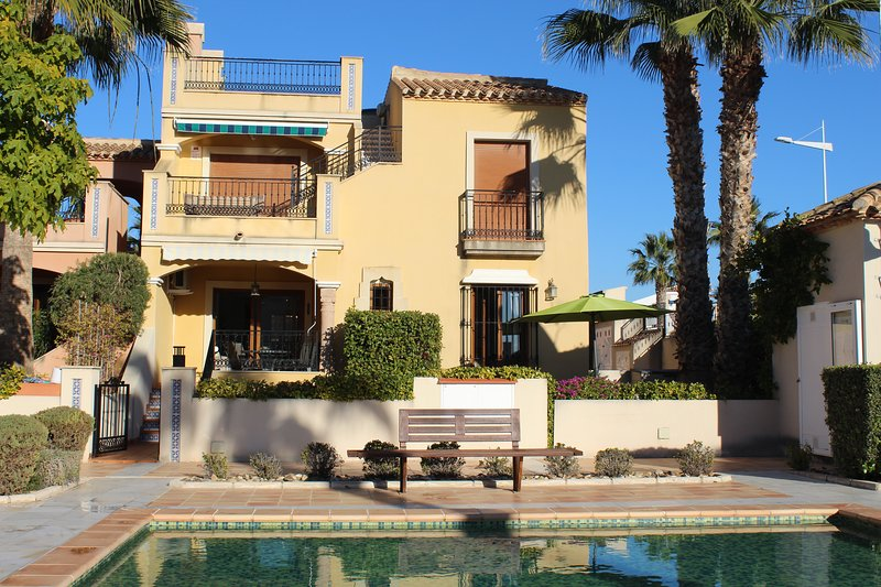 Casa Estrellas, La Finca Golf, WIFI, smart TV, poolside location, private garden, holiday rental in Algorfa