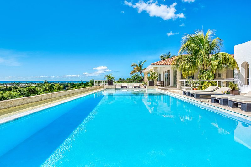 LA FAVORITA ...Absolutely Gorgeous Contemporary St Martin Rental Villa In The He, holiday rental in Terres Basses