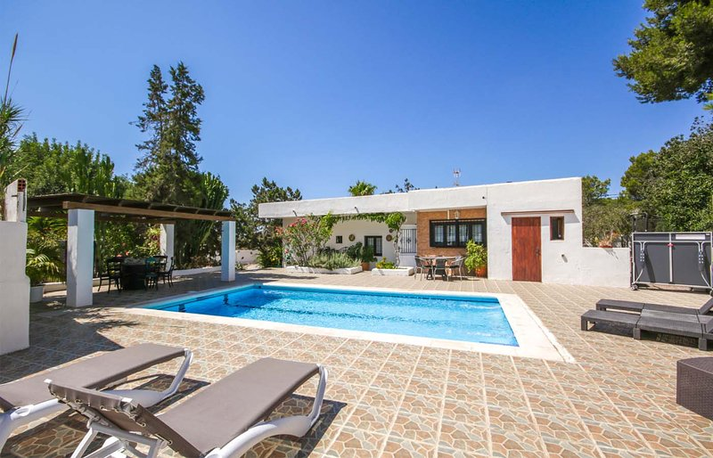 Beautiful house with pool and barbecue, 5 km from Ibiza city, 6 km from the near, holiday rental in Sant Josep de Sa Talaia