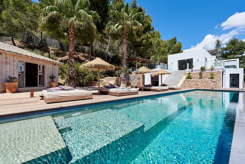 Luxury 5 bedroom with spectacular views excellent location swimming pool, holiday rental in Sant Josep de Sa Talaia