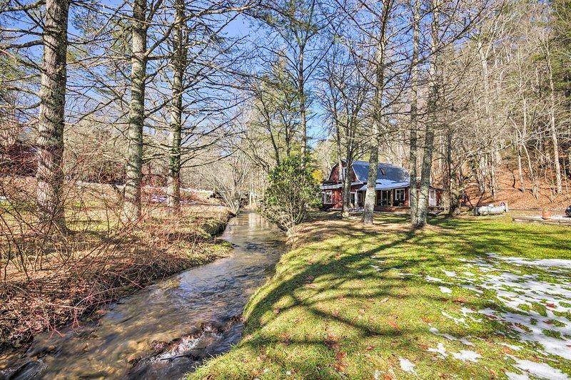Profitez du ruisseau paisible juste derrière la maison.