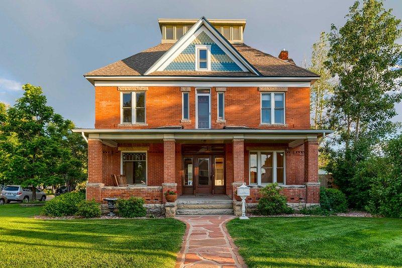 Historic Downtown Loveland Home w/ Private Patio!, aluguéis de temporada em Loveland
