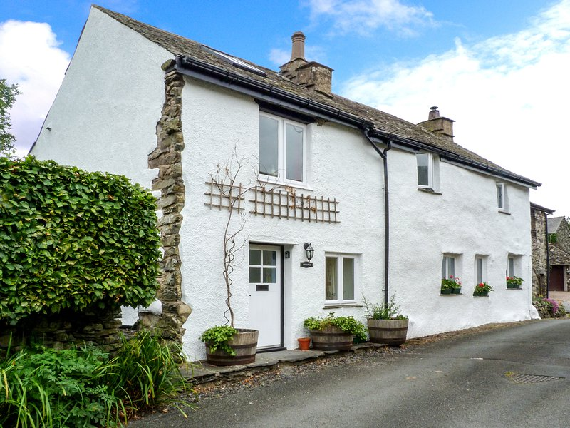 BECKFOLD, cosy romantic cottage, pet-friendly, woodburner, character features, holiday rental in Bouth