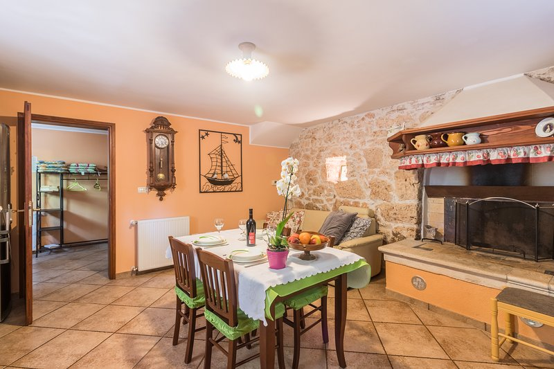 Traditional Istrian House - family Apartment Banko Pula, holiday rental in Vinkuran