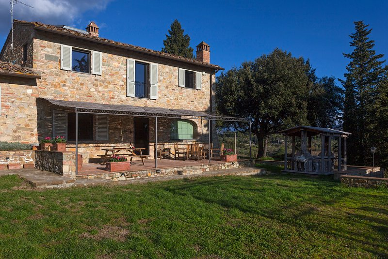 La Casa di Thea, Amazing farmhouse on Chianti Hills, private garden, patio, view, holiday rental in Impruneta