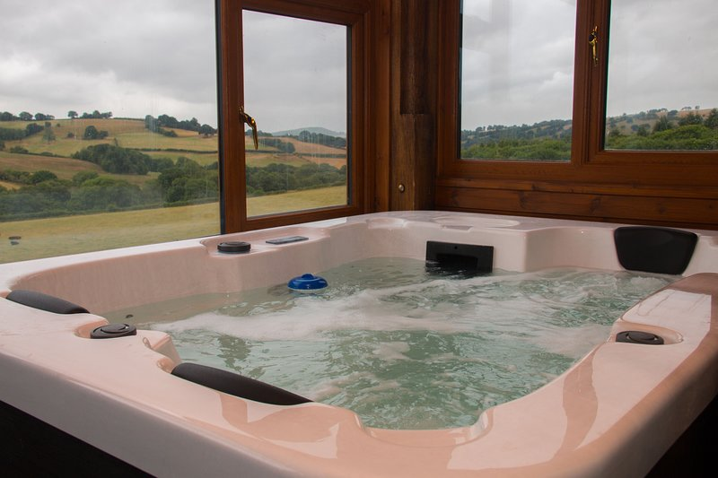 Vale Walnut - ValeWalnut sleeps 6 with shared indoor swimming pool and hot tub, location de vacances à Gwenddwr