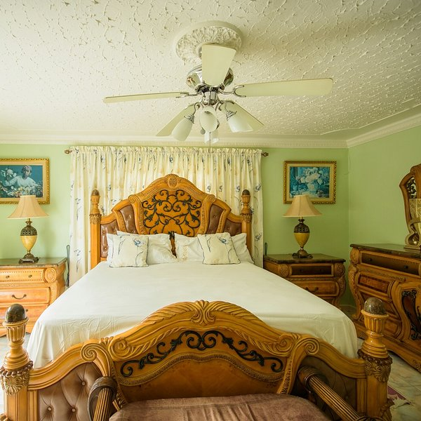 GORGEOUS OCEAN ACCESS 2 BEDROOM APARTMENT, holiday rental in Tower Isle