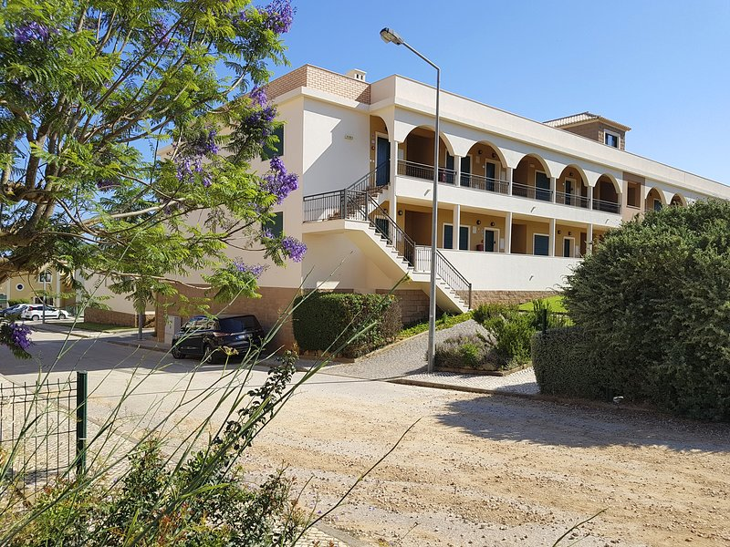 DomusIberica Apartment. 2 Bedrooms, Full Air-Conditioning, Walk to the Beach., holiday rental in Burgau