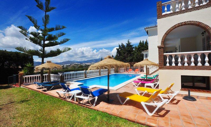 Fuengirola Villa Sleeps 15 with Pool Air Con and WiFi - 5700488, vacation rental in Las Lagunas de Mijas
