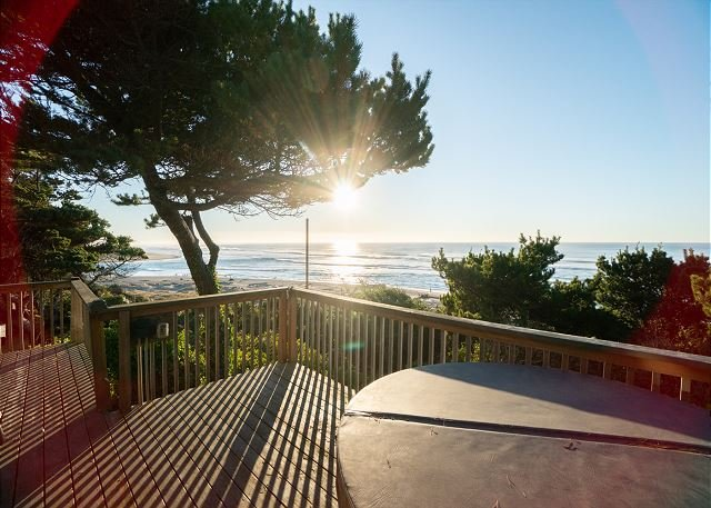 Enjoy a Hot Tub, Pets & Views from 'Ebbing', a 3 bedroom home in Lincoln City, location de vacances à Lincoln City