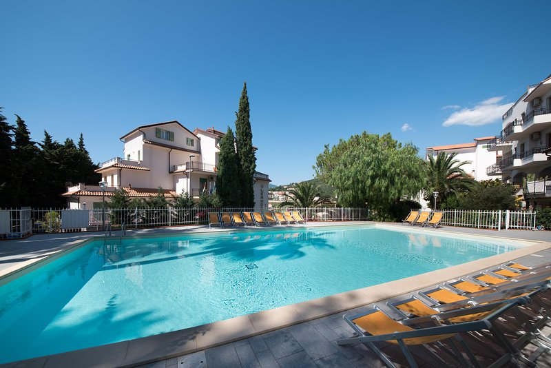 Modern 1 Bedroom Apartment 44 m² - Large Balcony - Wifi -  Air Conditioning, vacation rental in Borghetto Santo Spirito