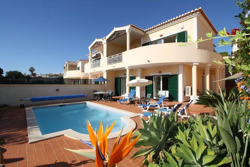Casa Venusta ..2 bedrooms, private pool, sea views and walk to the beach !, alquiler vacacional en Luz