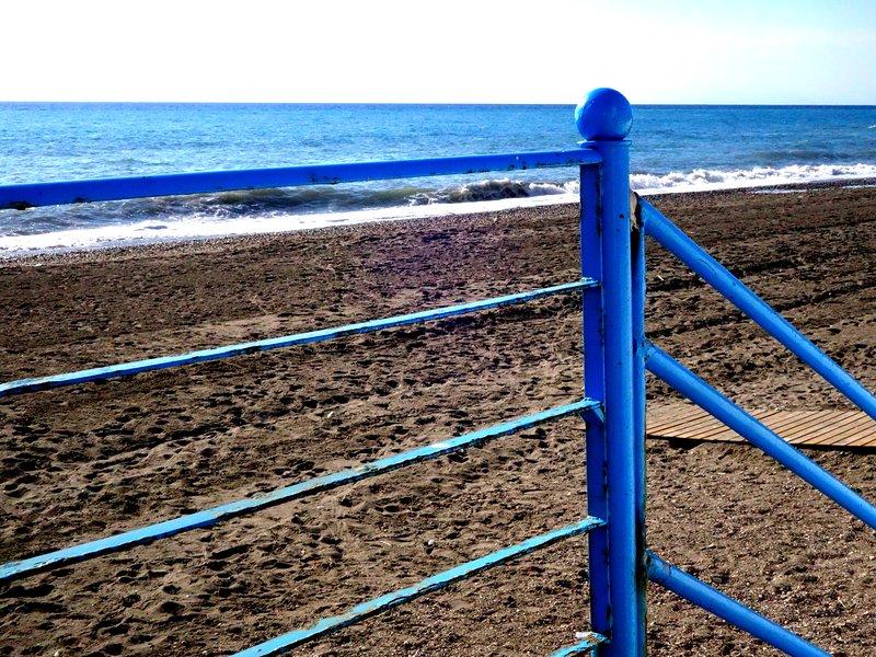 La playa es ancha y tiene arena fina.