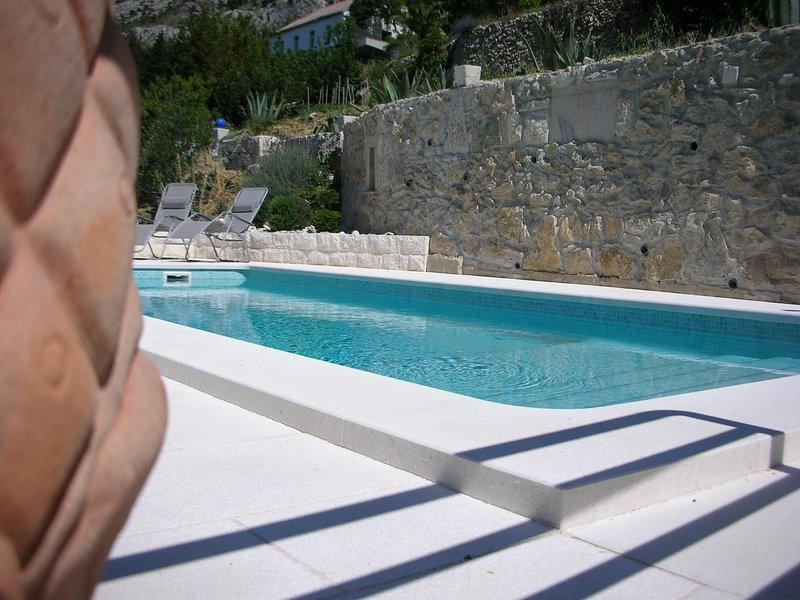 Exklusive Villa mit Pool für 8 Personen, holiday rental in Mimice