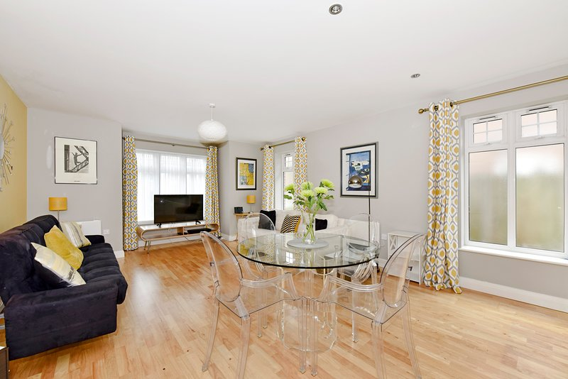 Spacious Modern Apartment 30 Minutes From London By Train, vacation rental in Chertsey