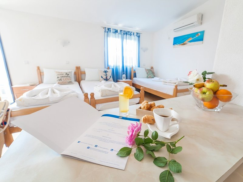 Apartments Viktorija - Studio with Balcony and Sea View (3 Adults), holiday rental in Kaluderac