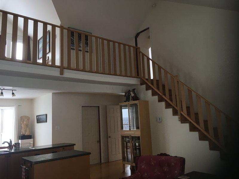 Utsikten över vardagsrummet upp till vardagsrummet och sovrummet