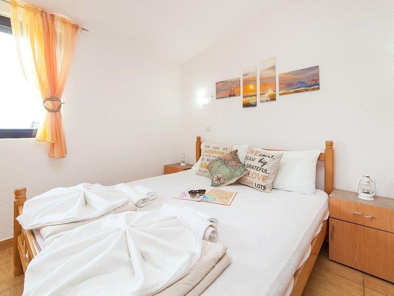 Apartments Viktorija - Studio with Balcony and Sea View (3 Adults), casa vacanza a Virpazar