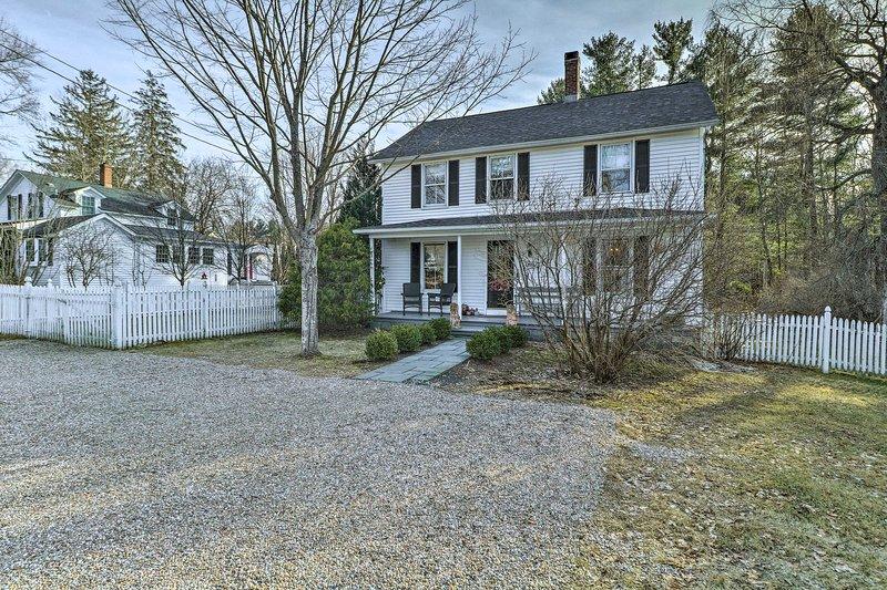 'Stone-Peca' é uma propriedade charmosa da Nova Inglaterra que fica em meio acre de terra.