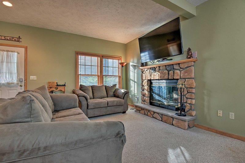 Hasta 12 afortunados invitados disfrutarán el interior de esta casa con muebles rústicos.