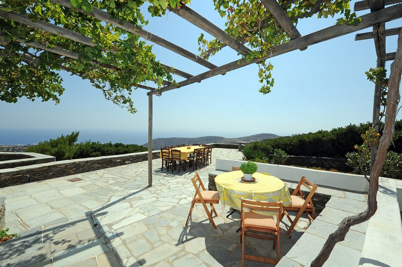 Villa Barou: Authentic Traditional House on Sifnos, Cyclades, holiday rental in Chrisopigi