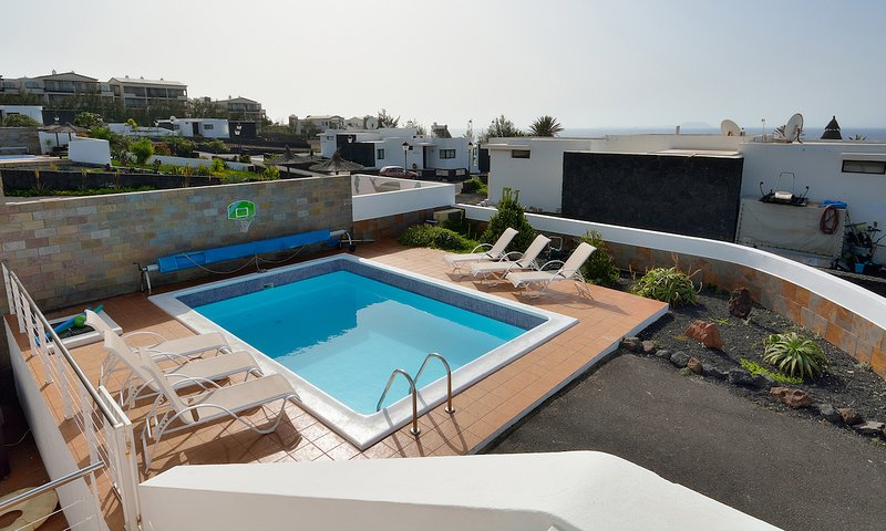 Playa Blanca Villa Sleeps 10 with Pool Air Con and Free WiFi - 5700398, location de vacances à Yaiza