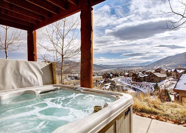 Hilltop Luxury Home with Panoramic Views & Private Hot Tub!, alquiler de vacaciones en Coalville
