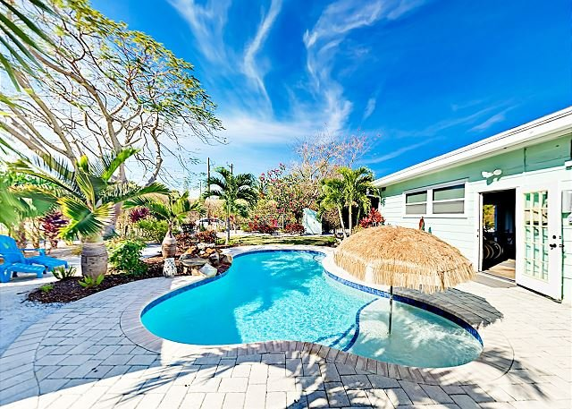 Private Pool, Cabana & Game Room - Walk Minutes to Beach, Shops, Dining, holiday rental in Lido Key