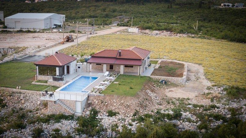 Villa Ljuba - Luxury Two Bedroom House with Shared Swimming Pool (A1), casa vacanza a Siroki Brijeg