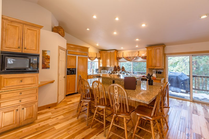 Grande cucina abitabile con isola, fornello a 6 fuochi, 2 forni con grande dispensa e acqua calda istantanea