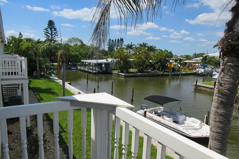 Island Breeze 3 - Island Breeze Vacation Rental Condo se asoma sobre un canal ancho.