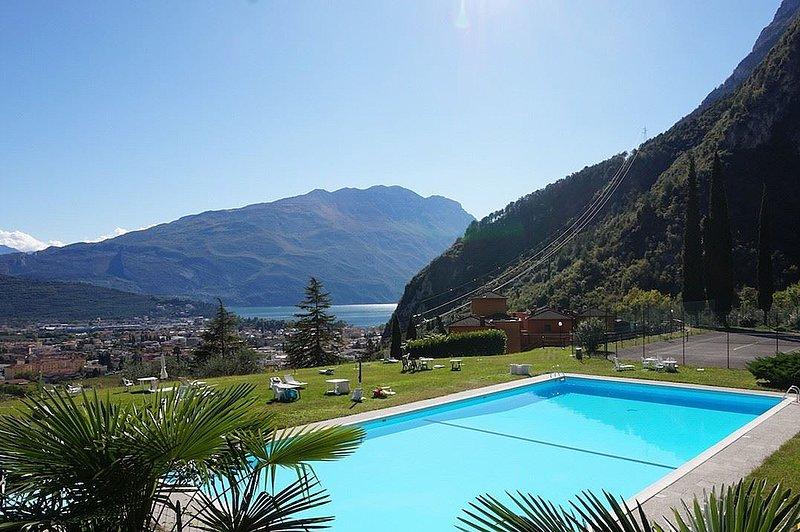 Grande Appartamento per 6 persone con Piscina, Tennis, Bbq e Garage privato, holiday rental in Mezzolago