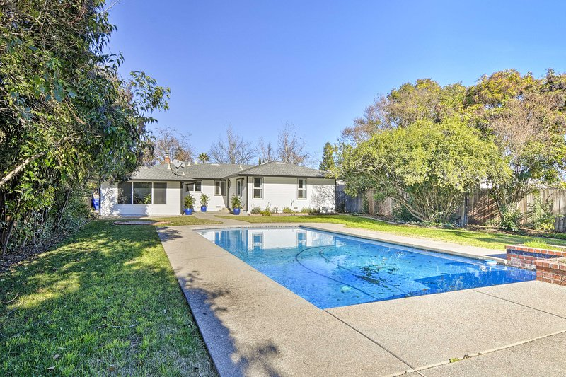 Central Sacramento Home w/Pool - Mins to Downtown!, alquiler vacacional en Elk Grove