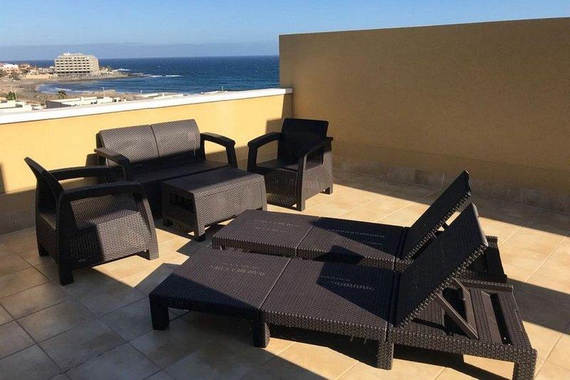New attic with big terracce, sea view and pool, aluguéis de temporada em El Medano