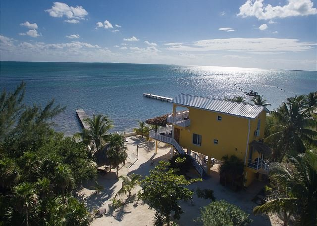 Casa de Mango, Private oceanfront home on the beach with private pier, alquiler de vacaciones en San Pedro