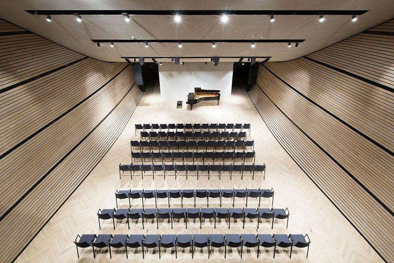 A sala de concertos do hotel tem apresentações semanais de artistas de topo