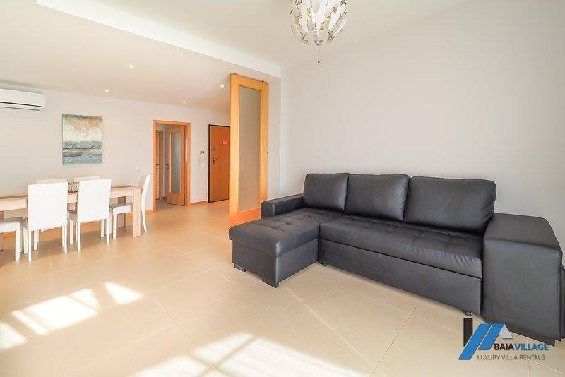 BV22 Luxury 2 Bed First Floor Apartment, holiday rental in Sesmarias