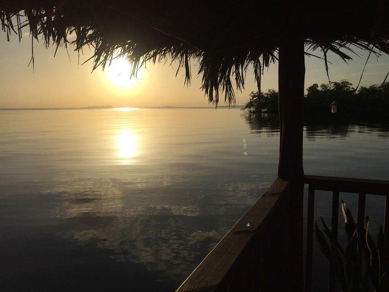 Vue du magnifique lever de soleil depuis le balcon de la maison