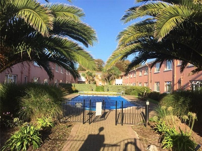 New Esplanade Court, 1 bedroom apartment with private garden & shared pool, vacation rental in Paignton