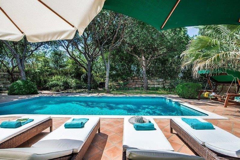Casa Peace is a beautiful spacious villa walking distance to the beach and shops, location de vacances à Quinta do Lago