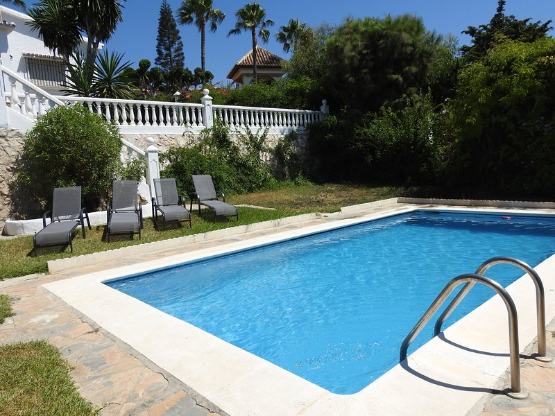 Villa Eden, a lovely spacious villa and apartment with swimming pool, sea views, casa vacanza a Vélez-Málaga