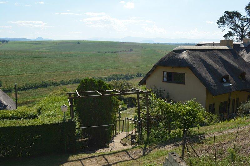 Una vista dell'ingresso al lodge con vista sulle montagne di Drakensburg e Kamberg