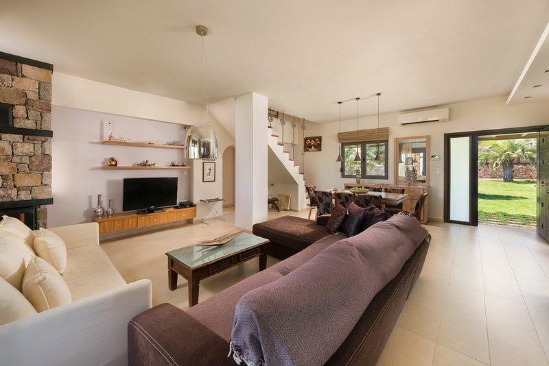 Asgourou Villa Sleeps 8 with Pool and Air Con - 5680647, alquiler de vacaciones en Asgourou